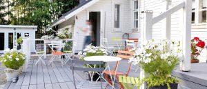 Cafe Paperivalolla on viihtyisä terassi ja paviljonki pihapiirissä