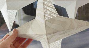 Käsintehdystä paperista valmistetut tähdet ripustetaan ikkunaan