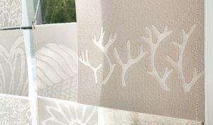 Läpikuultavat käsintehdystä paperista valmistetut designtuotteet ripustetaan ikkunaan