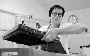 Paperivalo valmistaa käsin paperia omassa studiossa Tornionjokilaaksossa