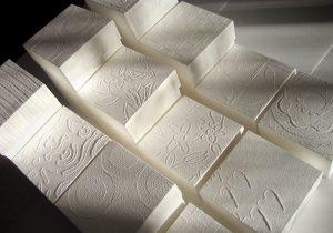 Designtuotteita käsintehdystä valkoisesta paperista, harvinaista osaamista